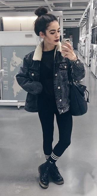 Cómo combinar: chaqueta vaquera negra, camiseta con cuello circular negra, leggings negros, botas planas con cordones de cuero negras