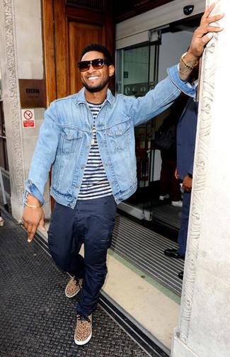 Look de Usher: Chaqueta vaquera celeste, Camiseta con cuello circular de rayas horizontales en blanco y azul marino, Pantalón cargo azul marino, Tenis de leopardo marrón claro
