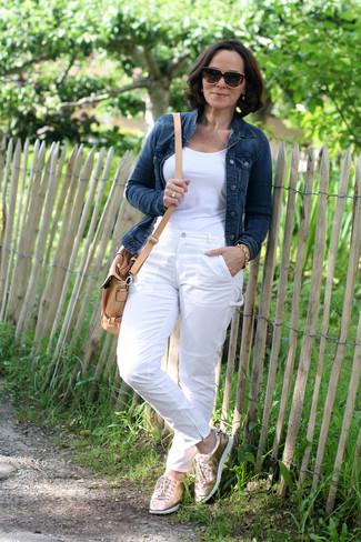 Una Camiseta De Vestir Con Unos Pantalones Blancos Para Mujeres De 50 Anos Estilo Relajado 2 Outfits Lookastic Espana