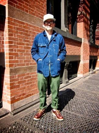 Cómo combinar: chaqueta vaquera azul, camiseta con cuello circular blanca, pantalón chino verde oliva, náuticos de cuero burdeos