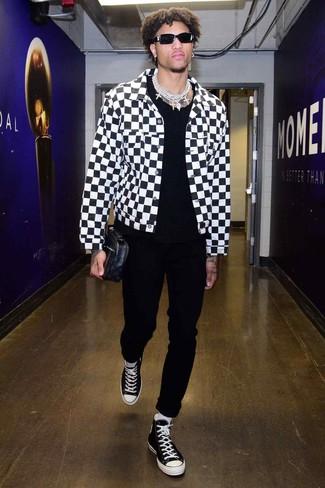 Cómo combinar: chaqueta vaquera a cuadros en blanco y negro, camiseta con cuello circular negra, pantalón chino negro, zapatillas altas de lona en negro y blanco