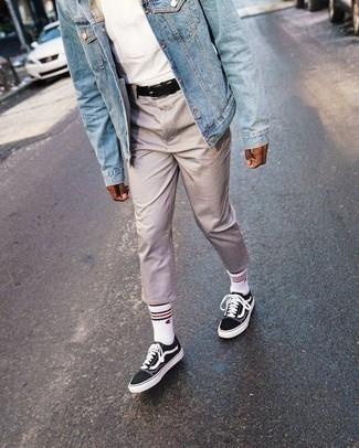 Cómo combinar un pantalón chino en beige para hombres adolescentes: Empareja una chaqueta vaquera celeste junto a un pantalón chino en beige para una vestimenta cómoda que queda muy bien junta. Si no quieres vestir totalmente formal, complementa tu atuendo con tenis de lona en negro y blanco.