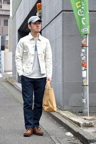 Cómo combinar una bolsa tote de lona marrón claro: Equípate una chaqueta vaquera blanca con una bolsa tote de lona marrón claro para un look agradable de fin de semana. Elige un par de botas casual de cuero marrónes para mostrar tu inteligencia sartorial.