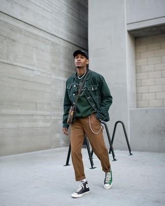 Cómo combinar una gorra de béisbol estampada en negro y blanco para hombres de 20 años: Una chaqueta vaquera verde oscuro y una gorra de béisbol estampada en negro y blanco son una opción perfecta para el fin de semana. Con el calzado, sé más clásico y completa tu atuendo con zapatillas altas de lona verde oscuro.