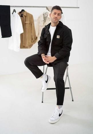 Outfits hombres en clima cálido: Haz de una chaqueta vaquera negra y un pantalón chino negro tu atuendo para conseguir una apariencia relajada pero elegante. ¿Quieres elegir un zapato informal? Elige un par de zapatillas altas de lona en blanco y negro para el día.