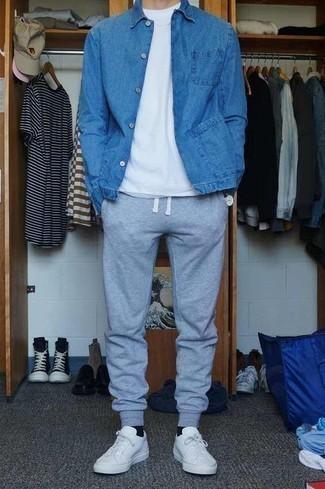 Cómo combinar unas zapatillas: Para crear una apariencia para un almuerzo con amigos en el fin de semana usa una chaqueta vaquera azul y un pantalón de chándal gris. ¿Quieres elegir un zapato informal? Usa un par de zapatillas para el día.