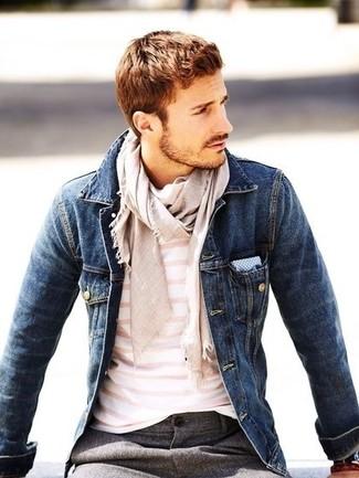 Cómo combinar: chaqueta vaquera azul marino, camiseta con cuello circular de rayas horizontales en blanco y rosa, pantalón de vestir de lana gris, pañuelo de bolsillo de cuadro vichy en blanco y azul