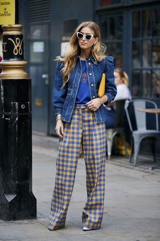 Cómo combinar: chaqueta vaquera azul, camiseta con cuello circular estampada azul, pantalones anchos de cuadro vichy azules, zapatos de tacón de cuero blancos