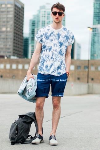 Cómo combinar: chaqueta vaquera celeste, camiseta con cuello circular efecto teñido anudado azul, pantalones cortos efecto teñido anudado azul marino, zapatos derby de ante en beige