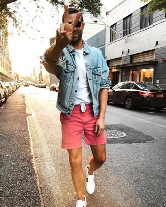 Cómo combinar: chaqueta vaquera celeste, camiseta con cuello circular blanca, pantalones cortos rosados, tenis blancos
