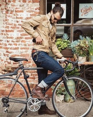 Cómo combinar: chaqueta vaquera marrón claro, camiseta con cuello circular blanca, vaqueros azul marino, botas casual de cuero marrónes