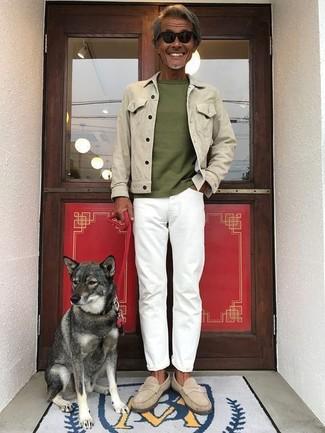 Cómo combinar: chaqueta vaquera en beige, camiseta con cuello circular verde oliva, vaqueros blancos, mocasín de ante en beige