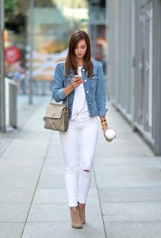 Cómo combinar: chaqueta vaquera celeste, camiseta con cuello circular blanca, vaqueros pitillo desgastados blancos, botines de ante marrón claro