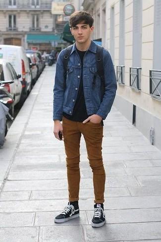 Cómo combinar: chaqueta vaquera azul, camiseta con cuello circular negra, vaqueros pitillo en tabaco, zapatillas altas de lona negras