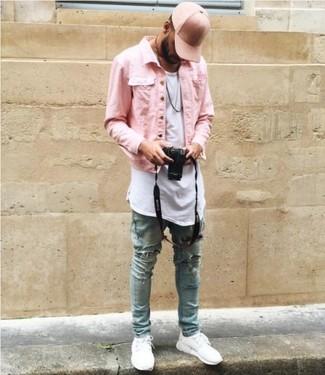 Cómo combinar: chaqueta vaquera rosada, camiseta con cuello circular blanca, vaqueros pitillo desgastados celestes, tenis blancos