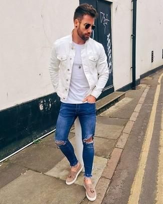 Cómo combinar: chaqueta vaquera blanca, camiseta con cuello circular blanca, vaqueros pitillo desgastados azules, mocasín con borlas de cuero marrón