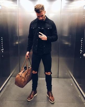 Cómo combinar: chaqueta vaquera negra, camiseta con cuello circular negra, vaqueros pitillo desgastados negros, botas casual de cuero en marrón oscuro