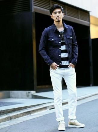 Cómo combinar: chaqueta vaquera azul marino, camiseta con cuello circular de rayas horizontales en blanco y negro, vaqueros pitillo blancos, tenis de lona en beige