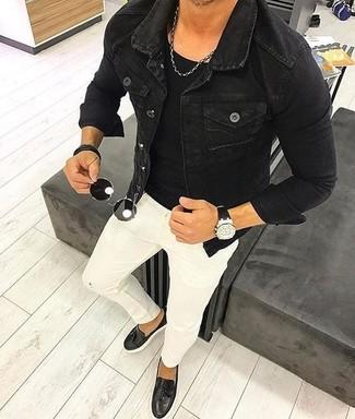 Cómo combinar: chaqueta vaquera negra, camiseta con cuello circular negra, vaqueros pitillo blancos, mocasín con borlas de cuero negro