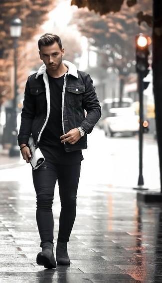 Cómo combinar: chaqueta vaquera negra, camiseta con cuello circular negra, vaqueros pitillo negros, botines chelsea de ante negros