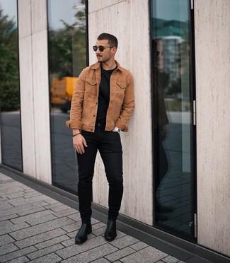 Cómo combinar: chaqueta vaquera en tabaco, camiseta con cuello circular negra, vaqueros pitillo negros, botines chelsea de cuero negros