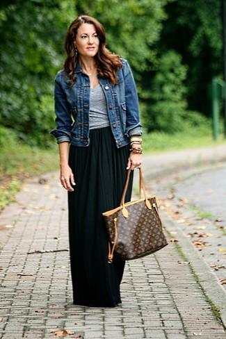 Cómo combinar: chaqueta vaquera azul marino, camiseta con cuello en v gris, falda larga plisada negra, bolsa tote de cuero estampada en marrón oscuro