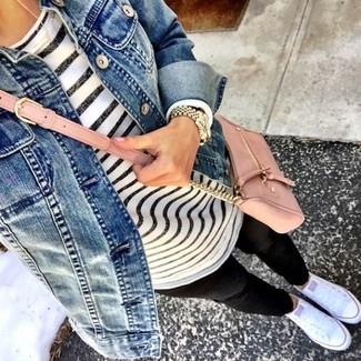 Cómo combinar una camiseta de manga larga de rayas horizontales en blanco y azul marino estilo relajado: Considera ponerse una camiseta de manga larga de rayas horizontales en blanco y azul marino y unos leggings negros transmitirán una vibra libre y relajada. Tenis blancos son una opción inmejorable para complementar tu atuendo.
