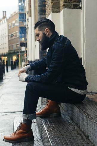 Considera ponerse una chaqueta vaquera azul marino y unos vaqueros azul marino para una apariencia fácil de vestir para todos los días. Con el calzado, sé más clásico y usa un par de botas brogue de cuero marrónes.