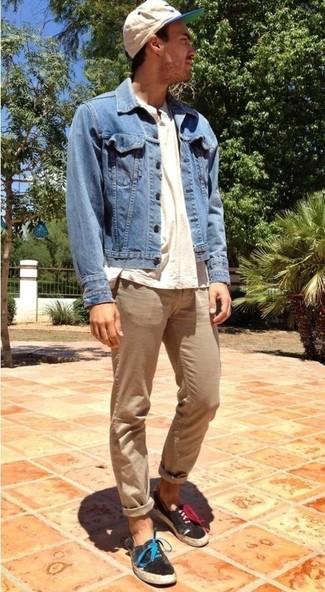 Cómo combinar: chaqueta vaquera azul, camiseta henley en beige, pantalón chino marrón claro, zapatillas plimsoll negras