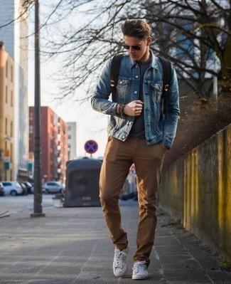 Cómo combinar un pantalón chino marrón para hombres de 20 años: Para un atuendo que esté lleno de caracter y personalidad elige una chaqueta vaquera azul y un pantalón chino marrón. Si no quieres vestir totalmente formal, opta por un par de tenis de lona blancos.