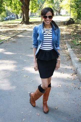 Cómo combinar: chaqueta vaquera azul, camiseta sin manga de rayas horizontales en blanco y azul marino, falda con volante negra, botas de caña alta de cuero marrónes