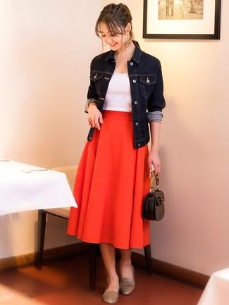 Cómo combinar: chaqueta vaquera azul marino, camiseta sin manga blanca, falda midi plisada roja, mocasín de cuero en beige