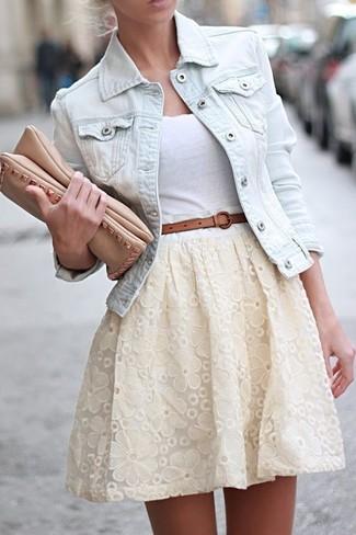 Cómo combinar: chaqueta vaquera celeste, camiseta sin manga blanca, falda skater de encaje blanca, cartera sobre de cuero marrón claro