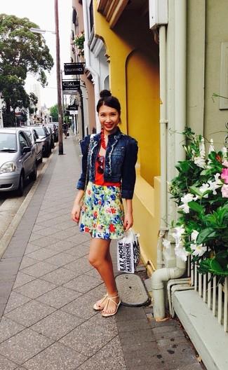 Si eres el tipo de chica de jeans y camiseta, te va a gustar la combinación de una chaqueta vaquera azul marino y una falda skater de flores verde. Para el calzado ve por el camino informal con sandalias de dedo amarillas.