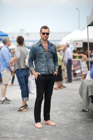 Look de moda: Chaqueta vaquera azul, Camiseta sin mangas gris, Pantalón chino negro, Alpargatas de lona de rayas horizontales naranjas