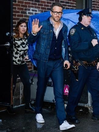 Cómo combinar: chaqueta vaquera azul marino, cárdigan azul marino, camisa de manga larga gris, pantalón de vestir azul marino