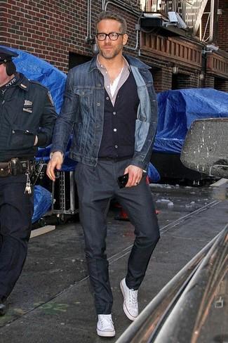 Cómo combinar: chaqueta vaquera azul marino, cárdigan negro, camisa de manga larga violeta claro, camiseta henley blanca