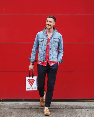 Cómo combinar: chaqueta vaquera celeste, camisa de manga corta con print de flores roja, pantalón chino azul marino, mocasín de ante marrón claro