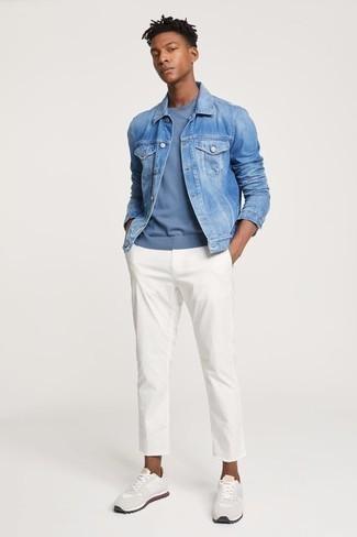 Una chaqueta vaquera de vestir con unas deportivas blancas: Opta por una chaqueta vaquera y un pantalón chino blanco para una vestimenta cómoda que queda muy bien junta. Si no quieres vestir totalmente formal, usa un par de deportivas blancas.