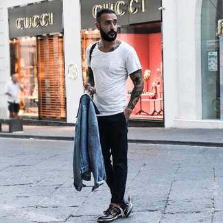 Cómo combinar: chaqueta vaquera celeste, camiseta con cuello circular blanca, pantalón chino negro, zapatos con doble hebilla de cuero negros