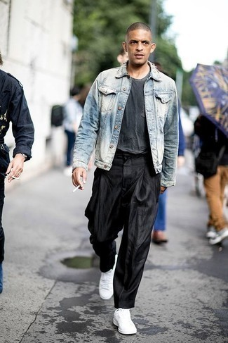 Outfits hombres: Utiliza una chaqueta vaquera celeste y un pantalón chino negro para una vestimenta cómoda que queda muy bien junta. Si no quieres vestir totalmente formal, complementa tu atuendo con tenis de lona blancos.