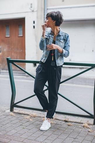 Cómo combinar: chaqueta vaquera celeste, camiseta sin manga negra, pantalón de pinzas negro, tenis blancos