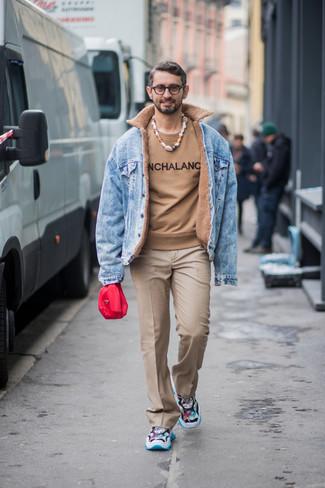 Cómo combinar: chaqueta vaquera celeste, jersey con cuello circular estampado marrón claro, pantalón de vestir marrón claro, deportivas en multicolor