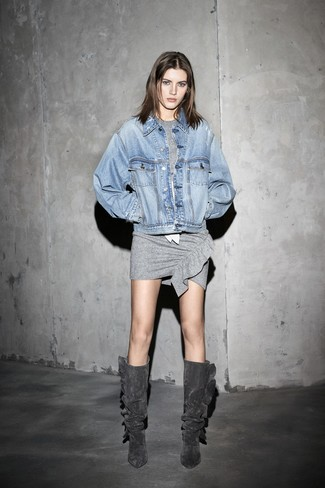 Cómo combinar: chaqueta vaquera celeste, vestido ajustado gris, botas de caña alta de ante en gris oscuro