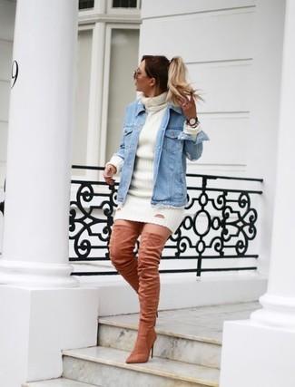 Cómo combinar: chaqueta vaquera celeste, vestido jersey blanco, botas sobre la rodilla de ante rosadas