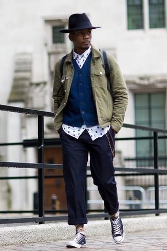 Cómo combinar un pantalón chino azul marino: Ponte una chaqueta vaquera verde oliva y un pantalón chino azul marino para una vestimenta cómoda que queda muy bien junta. Tenis de lona en azul marino y blanco añadirán interés a un estilo clásico.