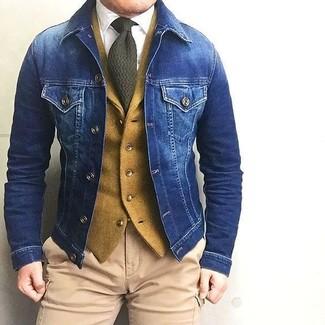 Cómo combinar: chaqueta vaquera azul, chaleco de vestir de lana mostaza, camisa de vestir blanca, pantalón cargo marrón claro