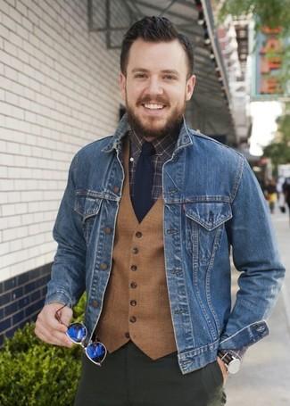 Cómo combinar: chaqueta vaquera azul, chaleco de vestir de lana marrón claro, camisa de vestir a cuadros en marrón oscuro, pantalón chino verde oliva