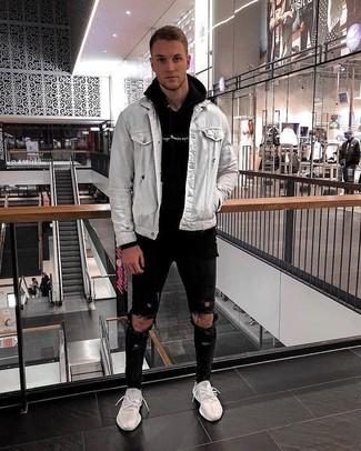 Cómo combinar: chaqueta vaquera gris, sudadera con capucha negra, vaqueros pitillo desgastados negros, deportivas blancas