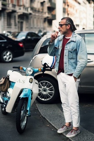 Cómo combinar: chaqueta vaquera celeste, jersey con cuello circular burdeos, camiseta con cuello circular blanca, pantalón chino blanco